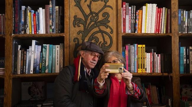Memasuki toko buku yang luar biasa ini, Anda akan dibuat terpesona oleh desain yang menakjubkan, dekorasi yang rumit dan banyaknya buku di dalamnya. Dari lantai hingga plafon, semua berhiaskan plester bercat, memberi kesan kaya tekstur. (Photo by MIGUEL RIOPA / AFP)