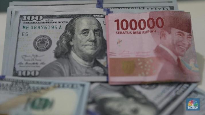 Ilustrasi Rupiah dan Dolar di Bank Mandiri