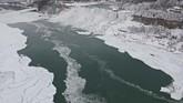 Meskipun terkesan beku, tapi sebenarnya tidak semua bagian Air Terjun Niagara beku. (REUTERS/Dronebase)