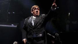 Elton John Bela Pangeran Harry-Meghan Soal Jet Pribadi