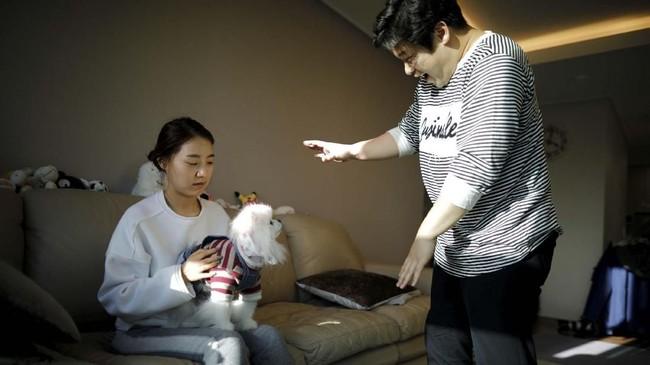 Kang dan istrinya mengatakan bahwa punya anak berarti butuh biaya mahal dan punya banyak tekanan. (REUTERS/Kim Hong-Ji)