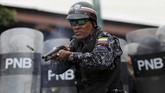 Aksi besar-besaran ini bermula ketika 27 tentara menyatakan membelot dari Maduro dan mengajak masyarakat untuk mendukung mereka dengan menggelar aksi pada Senin (21/1). (Reuters/Manaure Quintero)