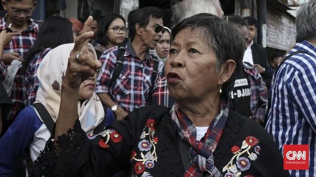 Ahoker tersebut berasal dari sejumlah daerah di Jakarta, Bogor, Tangerang, Depok, dan Bekasi. Mereka datang ke Mako Brimob, Depok mengenakan baju kotak-kota. Pakaian yang identik dengan Basuki Tjahaja Purnama alias Ahok. (CNN Indonesia/Andry Novelino)