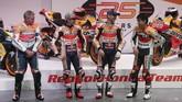 Marc Marquez dan Jorge Lorenzo hadir dalam peluncuran sepeda motor Honda RC213V untuk MotoGP 2019 di Madrid, Spanyol, Rabu (23/1) siang waktu setempat. (REUTERS/Susana Vera)