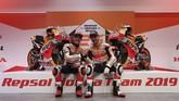 Marc Marquez dan Jorge Lorenzo berpose di depan sepeda motor Honda RC213V 2019. Menjadi rekan setim Marquez, Lorenzo mengaku teringat musim 2008 ketika kali pertama satu tim dengan Valentino Rossi. (REUTERS/Susana Vera)