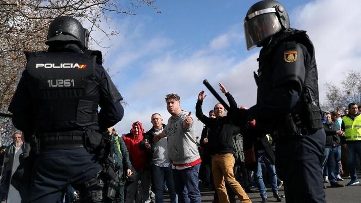 Tolak Uber, Demo Ratusan Sopir Taksi di Spanyol Ricuh