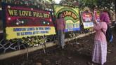 Tak hanya memberikan dukungan moril untuk Ahok. Para pendukung juga menggunakan momentum hari kebebasan Ahok untuk mengabadikan momen ini. Salah satunya dengan berfoto di dekat karangan bunga. (ANTARA FOTO/Akbar Nugroho Gumay/aww).