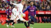 Kevin-Prince Boateng berupaya membayangi pergerakan Simon Kjaer. Boateng menjalani debut di Barcelona sebagai pemain inti dalam laga Copa del Rey. (REUTERS/Marcelo del Pozo)