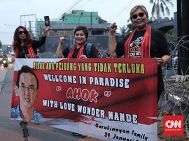 Emak-emak Sambut Ahok Bebas: 'Wellcome in Paradise'