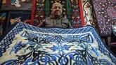 Namun masih ada harapan. Sejak akhir 2017, para turis mulai kembali ke Mesir dan menumbuhkan asa bagi para perajin asli yang semakin giat melestarikan seni Khayamiya. (Photo by Mohamed el-Shahed / AFP)