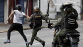 Kepolisian anti-huru-hara langsung bergerak dan berkonfrontasi langsung dengan pengunjuk rasa di Caracas. (Reuters/Carlos Garcia Rawlins)
