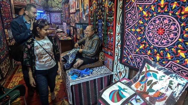 Namun saat ini seiring kemajuan teknologi, permintaan akan tenda Mesir ini semakin berkurang dan menimbulkan kekhawatiran di kalangan perajin mengenai pekerjaan mereka. (Photo by Mohamed el-Shahed / AFP)