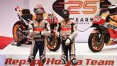 Marc Marquez dan Jorge Lorenzo berdiri berdampingan dalam sesi tanya jawab peluncuran tim dan sepeda motor Repsol Honda untuk MotoGP 2019. (PIERRE-PHILIPPE MARCOU / AFP)
