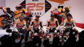 Dalam peluncuran yang digelar di Campus Repsol, Marc Marquez dan Jorge Lorenzo didampingi dua legenda Repsol Honda yang juga sukses merebut gelar juara dunia 500cc, Mick Doohan (kiri) dan Alex Criville (kanan). (REUTERS/Susana Vera)