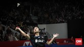 Setelah sempat kesulitan di awal gim pertama, Anthony Ginting mampu memenangkan pertandingan dengan skor 21-15 dan 21-12. (CNNIndonesia/Safir Makki)