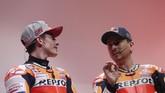 Marc Marquez melihat ke arah Jorge Lorenzo saat menjawab pertanyaan. Lorenzo menggantikan posisi Dani Pedrosa di Repsol Honda setelah kontraknya tidak diperpanjang Ducati. (REUTERS/Susana Vera)
