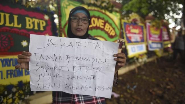 Sejumlah karangan bunga juga dikirimkan pendukung Basuki Tjahaja Purnama alias Ahok ke Mako Brimob untuk menyambut kebebasan Ahok. (ANTARA FOTO/Akbar Nugroho Gumay)