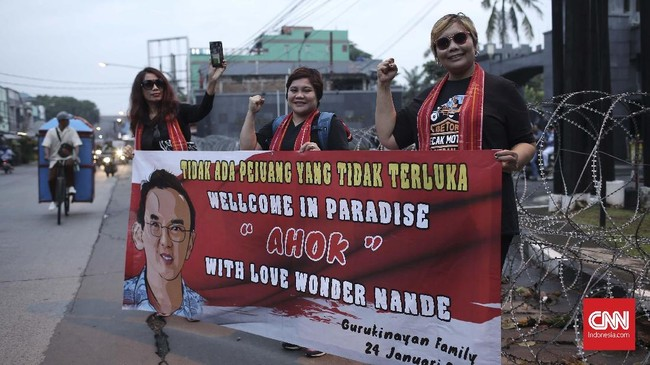 Sejak Kamis (24/1) dini hari, para Ahoker menunggu kebebasan Basuki Tjahaja Purnama di Mako Brimob, Kelapa Dua, Depok. Sebagian dari mereka rela tidur di pinggir jalan di ruko-ruko depan Mako Brimob. (CNNIndonesia/Andri Novelino).