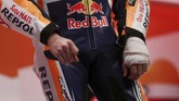 Tangan kiri Jorge Lorenzo terlihat masih dibebat dalam peluncuran tim usai menjalani operasi di Verona, Italia, karena mengalami cedera retak tulang. (REUTERS/Susana Vera)