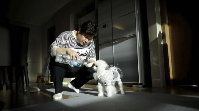Kang Sung-il contohnya. Dia membelikan Sancho, anjing pomeranian peliharannnya mainan setiap kali perjalanan bisnis. (REUTERS/Kim Hong-Ji)