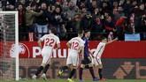 Wissam Ben Yedder membuat pendukung Sevilla di Stadion Ramon Sanchez Pizjuan semakin bersorak kencang berkat gol yang ia cetak pada menit ke-76. (REUTERS/Marcelo del Pozo)