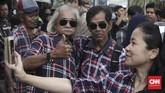 Meski tak melihat langsung idolanya keluar dari penjara, Ahoker tetap bersuka cita menyambut kebebasan Ahok. Sebagian pendukung, bahkan meneteskan air mata. (CNN Indonesia/Andry Novelino)