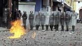 Demonstrasi ini disebut-sebut sebagai bentrokan paling signifikan antara pemerintah dan oposisi setelah protes sebelumnya yang menewasan 125 orang antara April dan Juli 2017. (Reuters/Carlos Eduardo Ramirez)