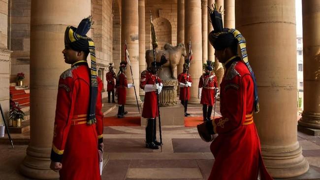 Dalam gladi resik sehari sebelum pergelaran, Jumat (25/1), pasukan elite tersebut terlihat mengenakan jubah merah dengan ikat pinggang keemasan dan kepala berbalut turban mewah. (AFP Photo/Chandan Khanna)