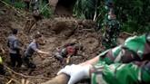Petugas gabungan bersama anjing pelacak mencari korban yang tertimbun tanah longsor yang terjadi di Kecamatan Mamuju, Kabupaten Gowa, Sulawesi Selatan, Kamis (24/1). (ANTARA FOTO/Abriawan Abhe).