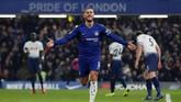 Chelsea kemudian menggandakan keunggulan melalui gol Eden Hazard pada menit ke-38 setelah menerima umpan tarik Cesar Azpilicueta. (Reuters/Matthew Childs)