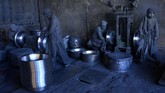 Para buruh Afganistan sedang memoles periuk logam di suatu pabrik alumunium di Herat. Pabrik itu mempekerjakan sekitar 120 orang dan setiap harinya membuat sekitar empat ton produk alumunium yang akan dijual ke dalam negeri. (Photo by HOSHANG HASHIMI / AFP)