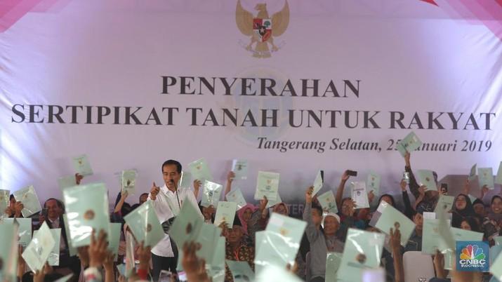 Presiden Joko Widodo memberikan sambutan saat memberikan sertifikat tanah bagi warga Tangerang Selatan di Lapangan Skadron 21 Sena Penerbad, Pondok Cabe, Tangerang Selatan, Jumat  (25/1/ 2019). pada kesempatan ini lebih dari 40.172  sertifikat tanah akan dibagikan oleh Presiden Jokowi. (CNBC Indonesia/Andrean Kristianto)