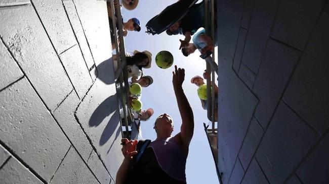 Petenis Latvia Anastasija Sevastova membubuhkan tanda tangan untuk para penggemar setelah ia menang melawan petenis China, Wang Qiang, di babak ketiga Australia Terbuka. (REUTERS/Kim Kyung-Hoon)