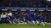Para pemain Chelsea berlari setelah eksekusi penalti David Luiz berhasil membobol gawang Tottenham Hotspur. (Reuters/Matthew Childs)