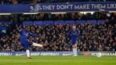 Gelandang internasional Prancis N'Golo Kante mencetak gol untuk Chelsea pada menit ke-27 melalui tendangan keras dari luar kotak penalti. (Reuters/Matthew Childs)