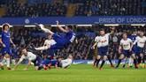 Penyerang Chelsea Olivier Giroud melakukan tendangan akrobatik. Chelsea baru mampu memecah kebuntuan pada menit ke-27. (Reuters/Matthew Childs)