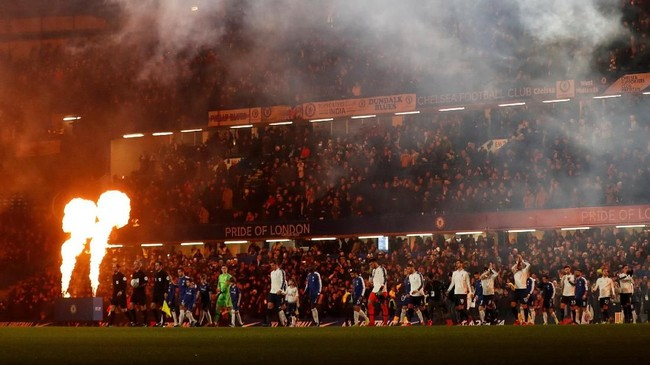 Para pemain Chelsea dan Tottenham Hotspur memasuki lapangan Stadion Stamford Bridge sebelum leg kedua semifinal Piala Liga Inggris. Tottenham menang 1-0 di leg pertama. (Reuters/Matthew Childs)