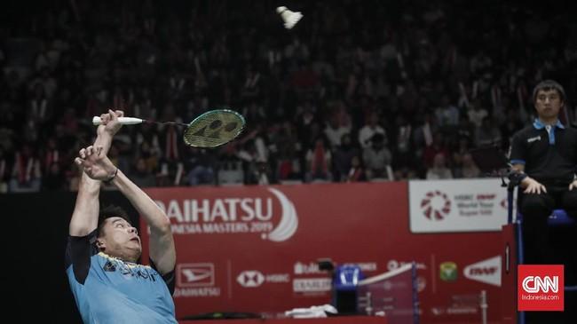 Kevin Sanjaya Sukamuljo coba melakukan pukulan saat menghadapi rekan senegara Wahyu Nayaka/Ade Yusuf. (CNNIndonesia/Safir Makki)