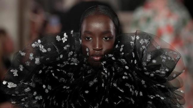 Valentino menghadirkan koleksi couture terbarunya dan digawangi oleh Pierpaolo Piccioli. (REUTERS/Benoit Tessier)