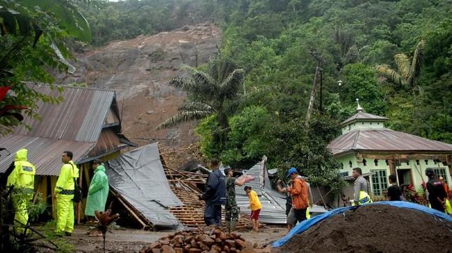 Seiring curah hujan yang tinggi sejak awal pekan ini, bencana banjir dan longsor terjadi di Kabupaten Gowa, Sulawesi Selatan. Sejumlah rumah dan masjiddi Kecamatan Mamuju, Kabupaten Gowa ambles akibat longsor yang terjadi, Kamis (24/1). (ANTARA FOTO/Abriawan Abhe).