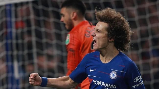 Chelsea akhirnya memastikan langkah ke final setelah eksekusi keempat yang dilakukan David Luiz membuahkan gol dan The Blues menang 4-2 dalam adu penalti. (REUTERS/Ian Walton)