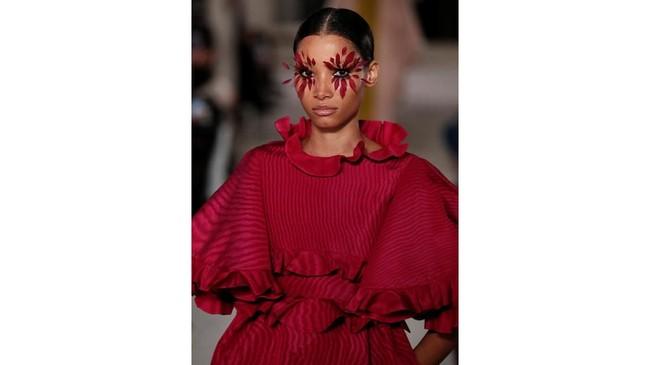 Di panggung ini, Piccioli juga menggandeng model senior Naomi Campbell yang tampil dengan gaun hitam panjang transparan di bagian dadanya. (REUTERS/Benoit Tessier)