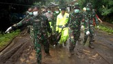 Petugas SAR gabungan mengangkat kantung jenazah korban tanah longsor yang terjadi di Kecamatan Manuju, Kabupaten Gowa, Sulawesi Selatan, Kamis (24/1). (ANTARA FOTO/Abriawan Abhe).