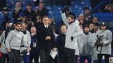 Penyerang baru Chelsea Gonzalo Higuain diperkenalkan ke suporter sebelum leg kedua semifinal Piala Liga Inggris 2018/2019 di Stadion Stamford Bridge, London, Kamis (24/1) malam waktu setempat. (Reuters/Matthew Childs)