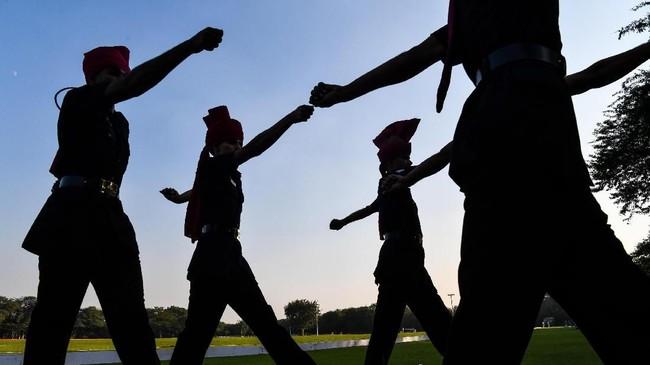 Komandan pasukan tersebut mengaku momen tersebut adalah detik-detik paling membanggakan bagi timnya karena upacara itu akan dihadiri para pemimpin negara asing dan disaksikan jutaan warga. (AFP Photo/Chandan Khanna)