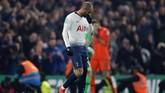 Gelandang serang Tottenham Hotspur asal Brasil Lucas Moura tertunduk lesu setelah eksekusi penaltinya ditepis kiper Chelsea Kepa Arrizabalaga. (Reuters/Matthew Childs)