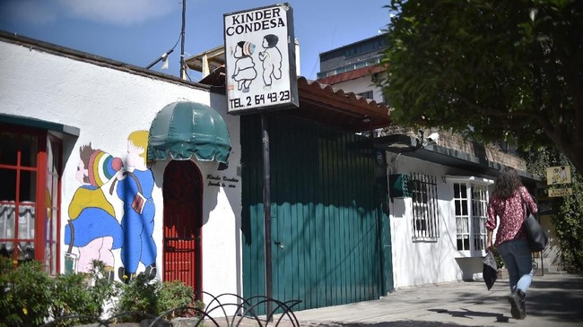Namun lokasi pusat kota dan jalan-jalan yang rimbun membantu mengembalikan keindahan Meksiko. Hari ini, ia adalah surga bagi bar, kafe, restoran dan toko yang bergaya. (Photo by RODRIGO ARANGUA / AFP)
