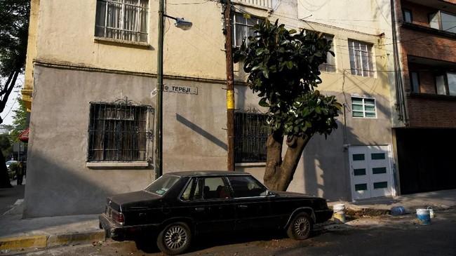 Lingkungan yang digambarkan Cuaron sebagai benteng kelas menengah ke atas berupa rumah-ruma art-deco yang luas, lengkap dengan koleksi mobil mewah yang mengalami kejatuhan di masa sulit saat gempa bumi melanda tahun 1985, menewaskan 10 ribu lebih orang. (Photo by RODRIGO ARANGUA / AFP)