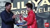 Ketua PP PBSI Wiranto menyerahkan figur aksi Liliyana Natsir di upacara perpisahan juara Olimpiade 2016 tersebut. (CNN Indonesia/Andry Novelino)