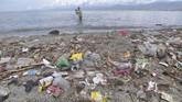 Seorang nelayan menjaring ikan di sekitar sampah yang memenuhi pantai di Palu, Sulawesi Tengah, Rabu (16/1/2019). Berdasarkan program penilaian Adipura periode 2017-2018, Kota Palu menjadi salah satu kota bertipe sedang terkotor di Indonesia selain Kota Sorong dan Kupang. ANTARA FOTO/Mohamad Hamzah/ama.